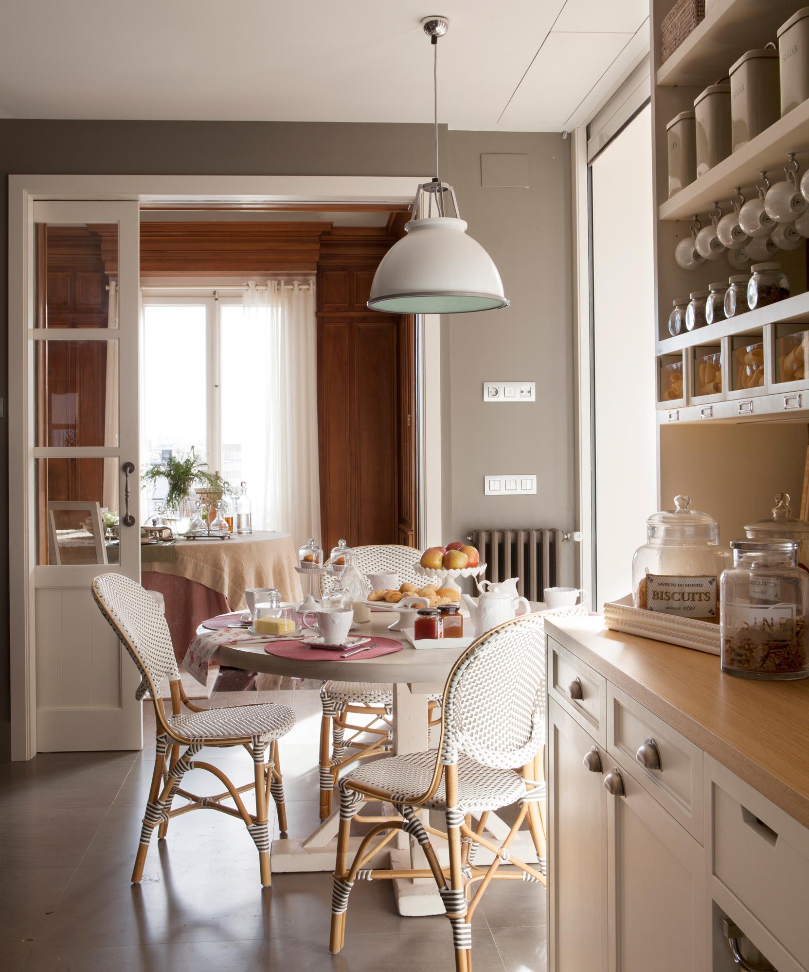 12 00379013 O. Pequeña office junto a la cocina con sillas blancas de fibra_12 00379013 O