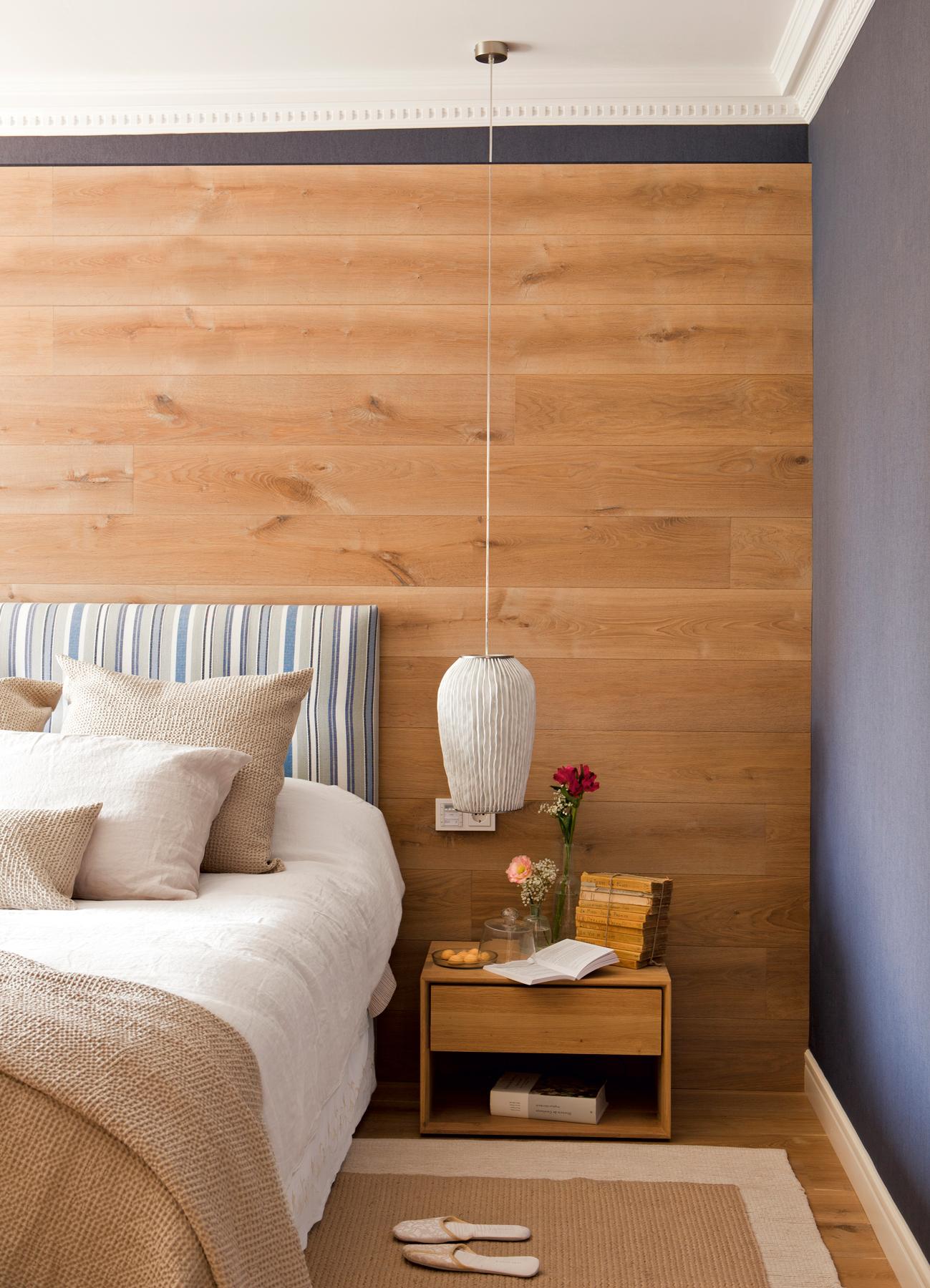 13 00390689 forrado. Dormitorio con una pared forrada con láminas de parquet detrás del cabecero_13 00390689 forrado