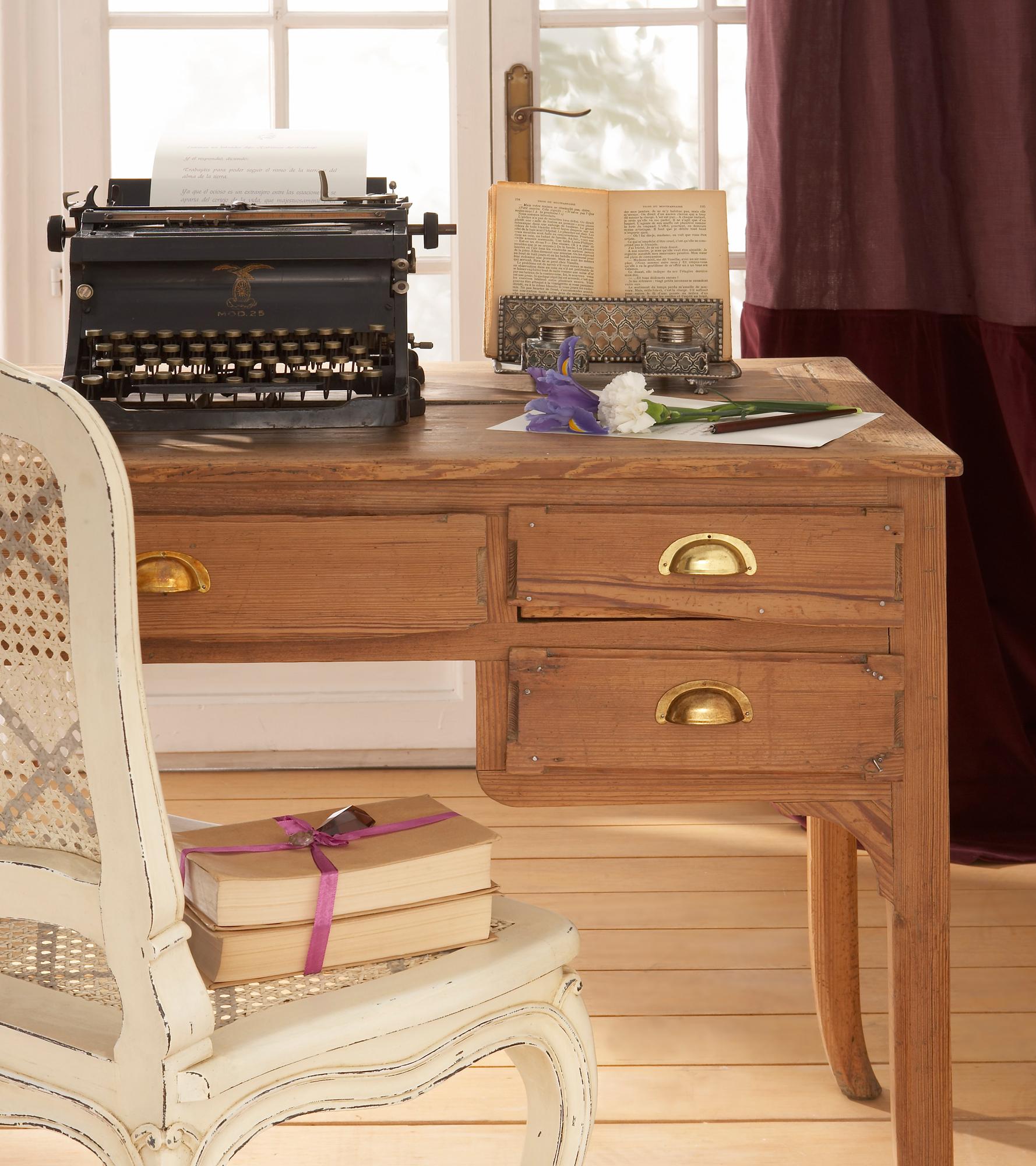 17 00213692 O. Escritorio de madera con una máquina de escribir encima y una silla blanca de fibra_17 00213692 O