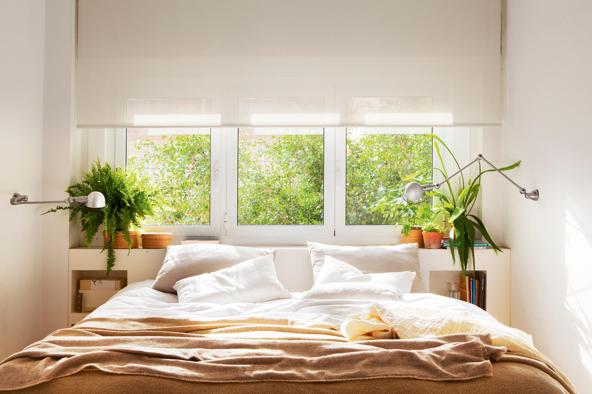 18 00427663. Dormitorio con la cama bajo el ventanal y cabecero blanco_18 00427663
