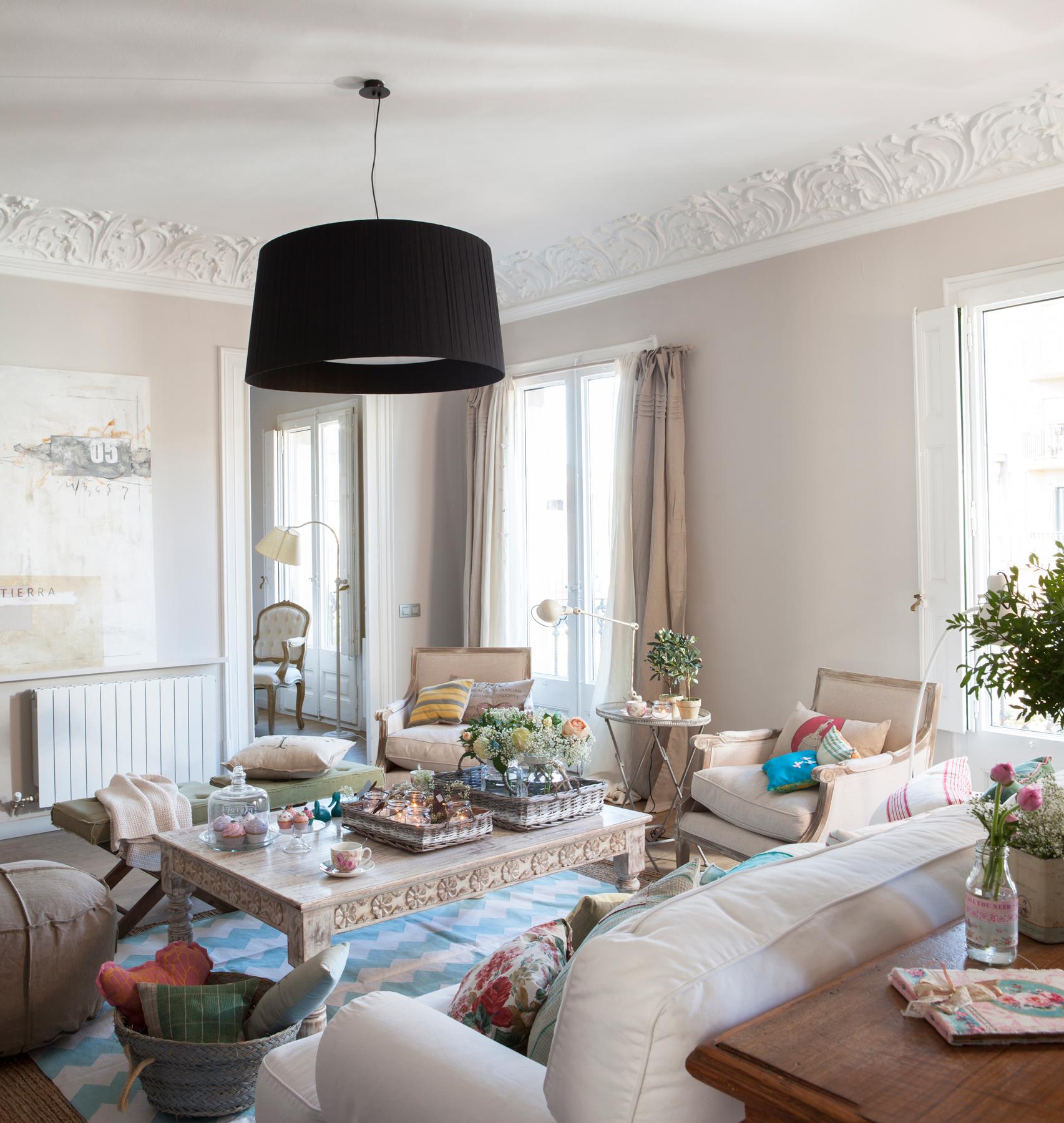 2 00381902 O. Salón con mobiliario en beige de un estilo vintage con detalles en colores más vivos_2 00381902 O