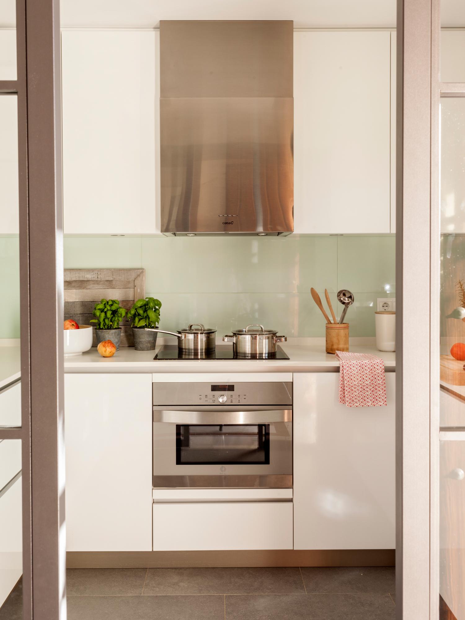 3 00423816 O. Pequeña cocina blanca con baldosas a las paredes de color verde claro_3 00423816 O