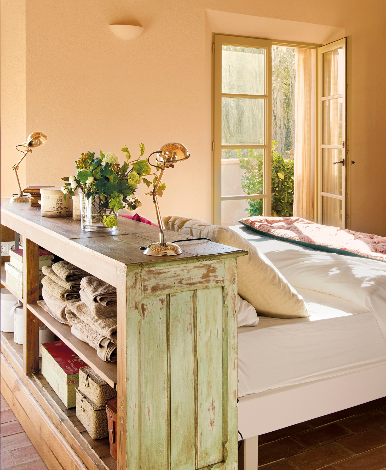 4 00358062. Dormitorio con un gran cabecero de madera que sirve para guardar toallas y cajas_4 00358062