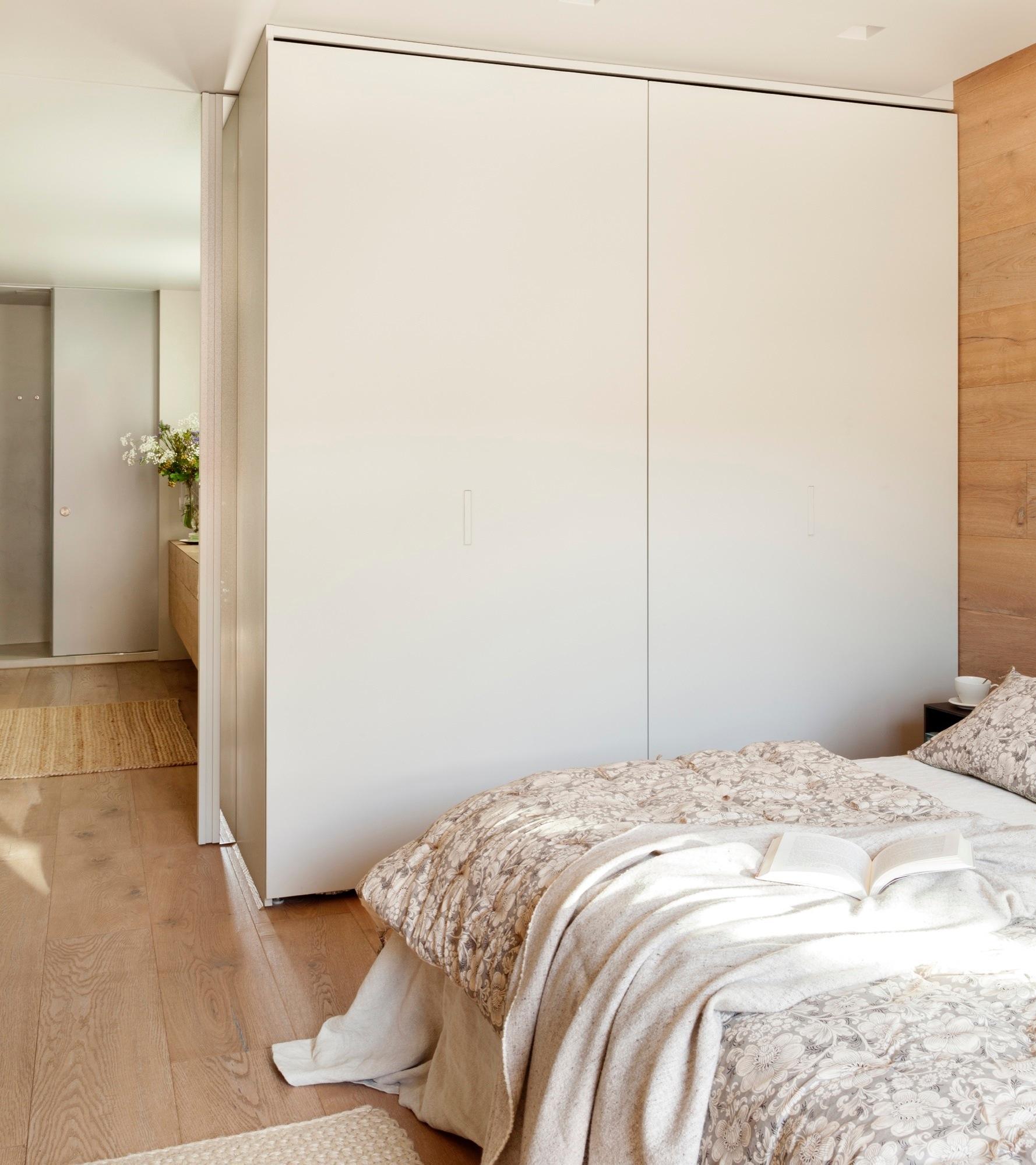Muebles De Baño Faro: de Fusteria Vilobí, ventilador de Faro y colcha de Margarita Ventura