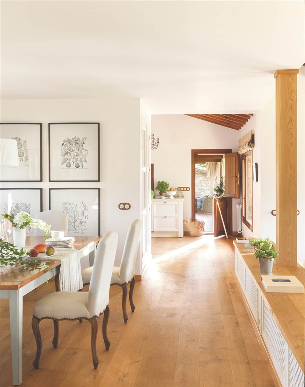 comedor rstico provenzal en blanco con suelo de madera