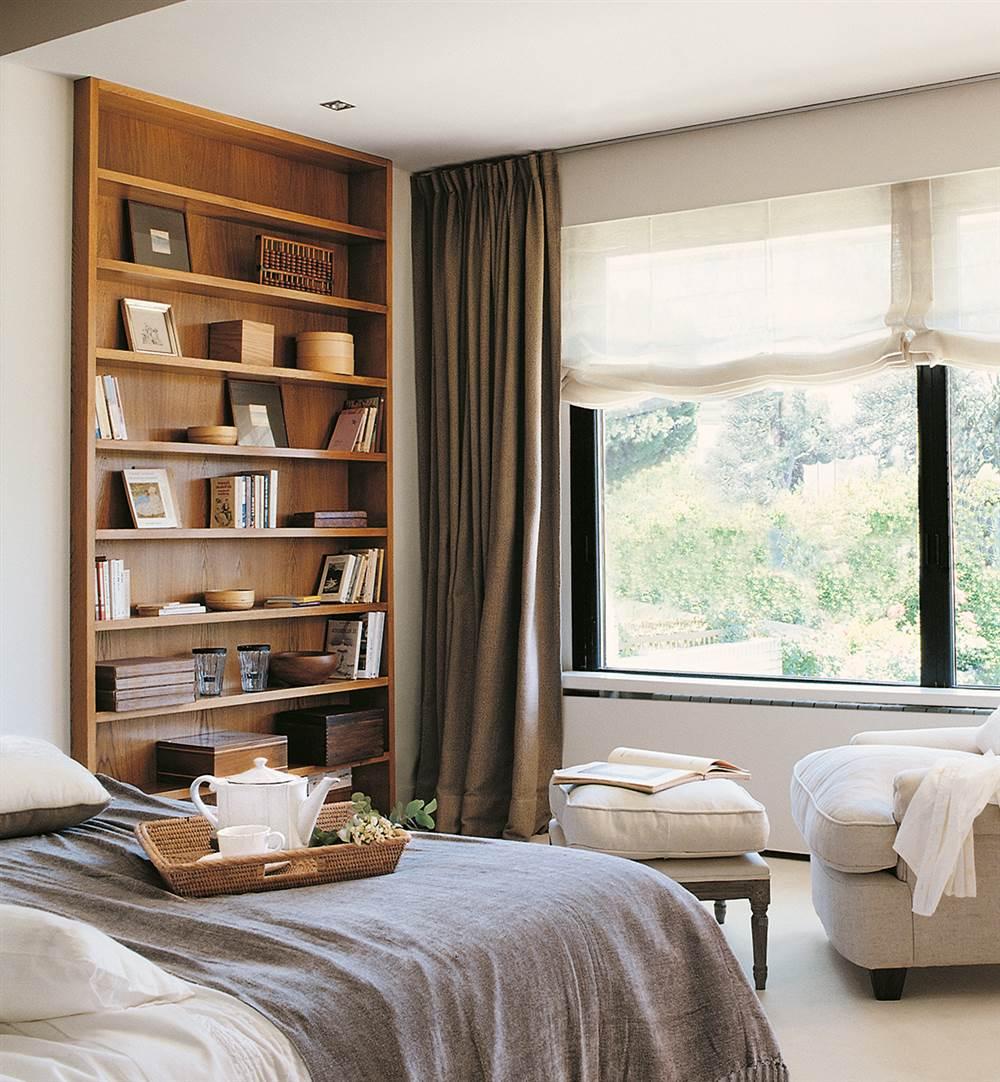 dormitorio con librera empotrada y zona de lectura