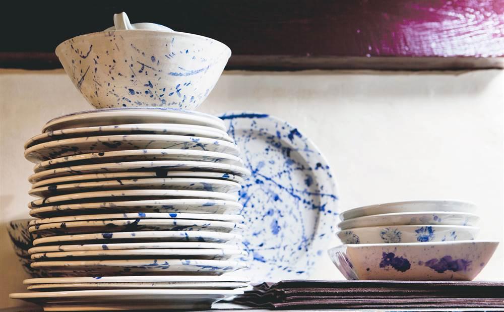 Vajilla blanca con estampado splatter en azul_338423