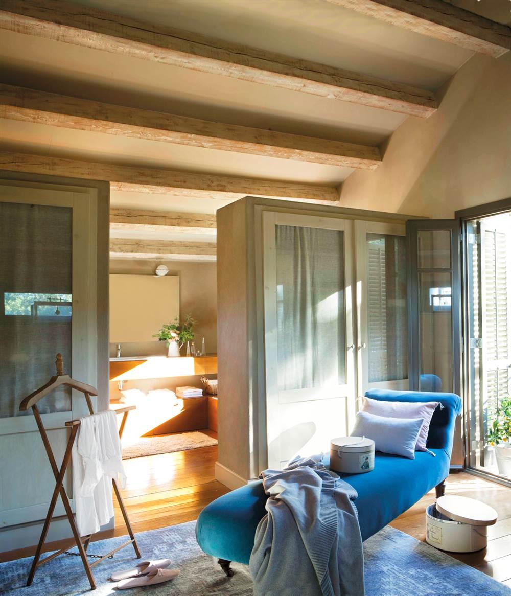 Vestidor con chaise longue de terciopelo de color azul, galán de noche, armarios con cortina, alfombra azul y techo de madera_00357509