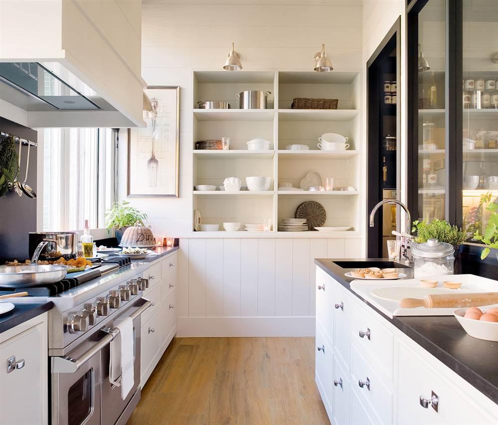 cocina con paredes revestidas de lamas blancas
