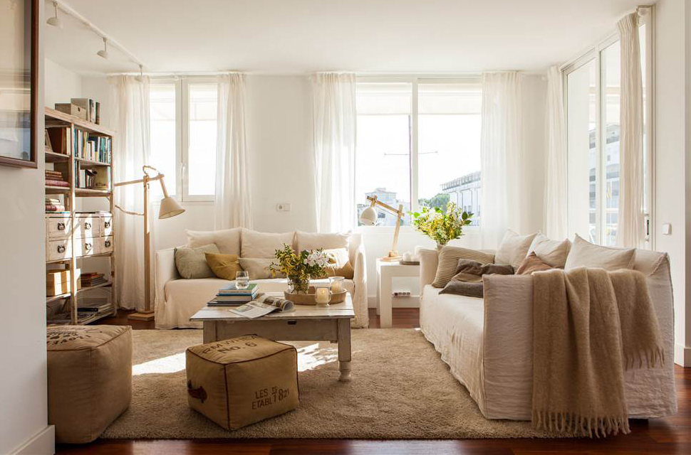 desastres-salon- 1000x666 efbb8550. salón en blanco con dos sofás y pufs y lámparas con madera clara