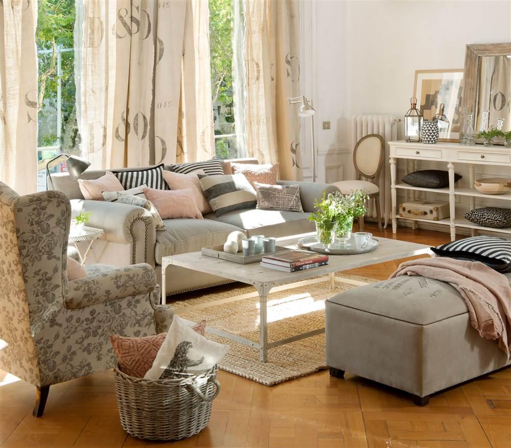 desastres-salon-telas 1000x877 6fbbb0e4. salón con textiles de distintos colores y estampados