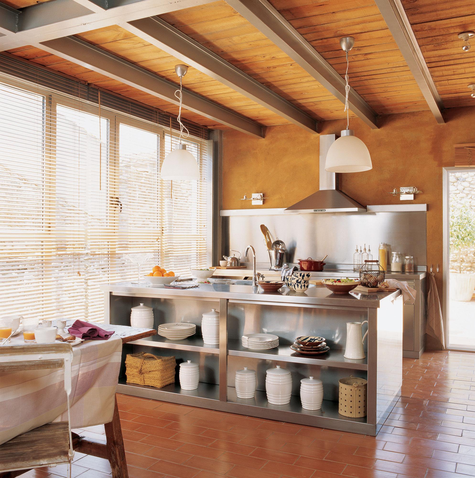 Vigas decorativas c mo integrarlas en la decoraci n for Cocina de madera antracita