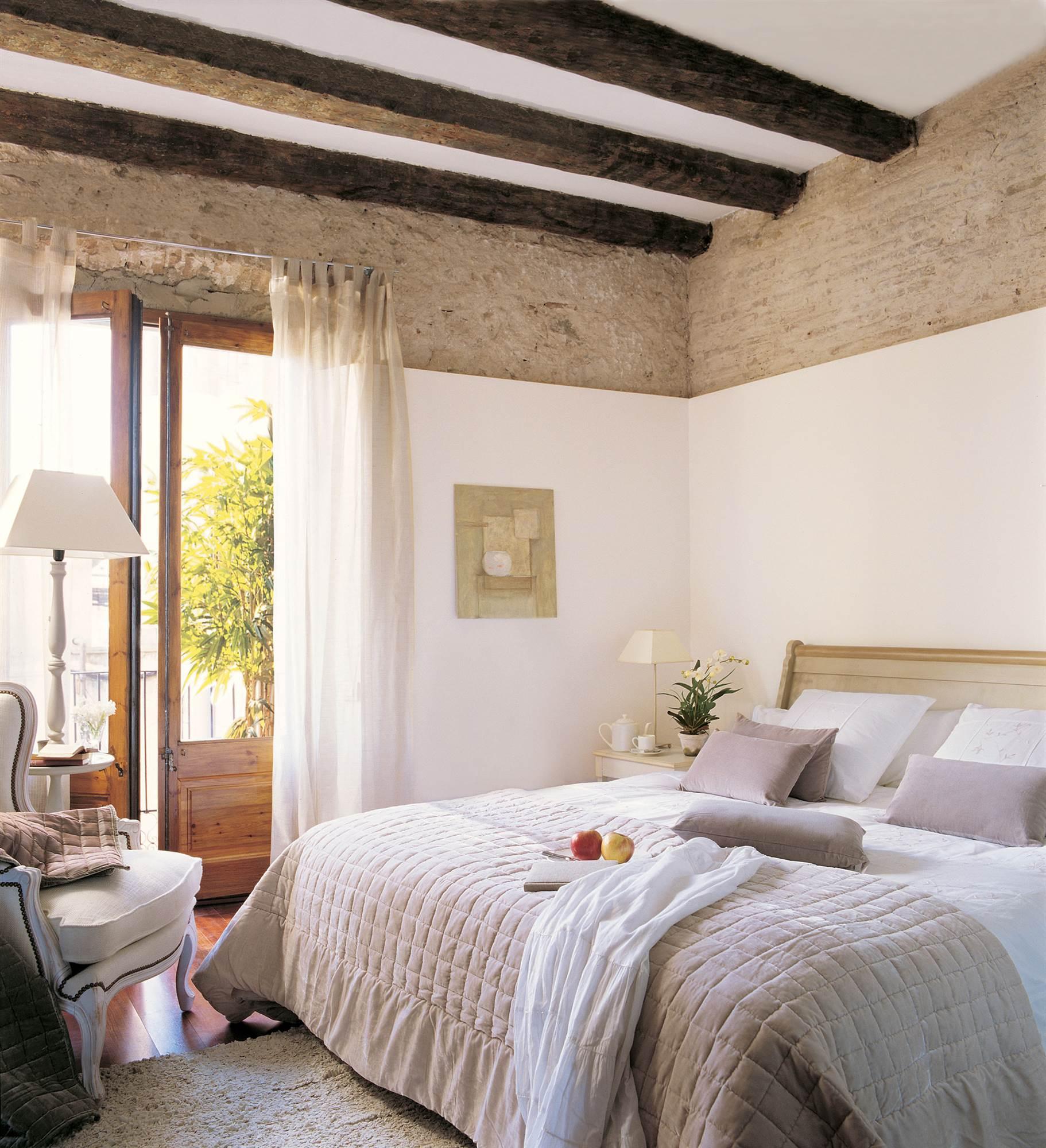 Vigas decorativas c mo integrarlas en la decoraci n for Dormitorio blanco y madera