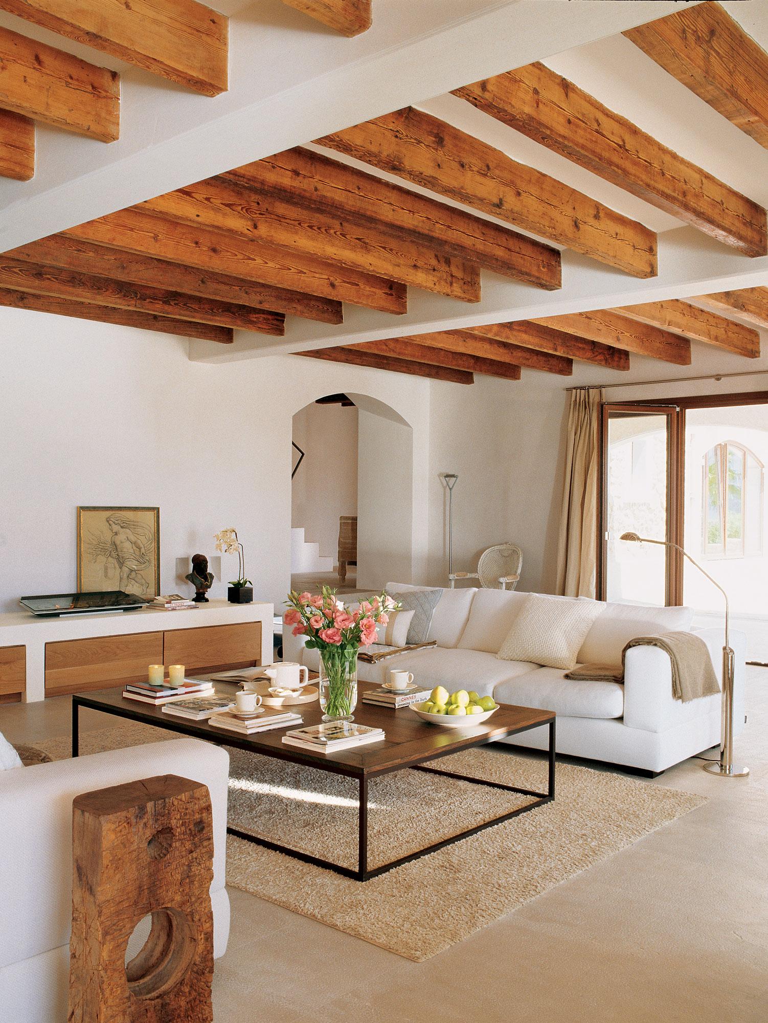 saln actual con sofs en blanco y vigas de madera - Bigas De Madera