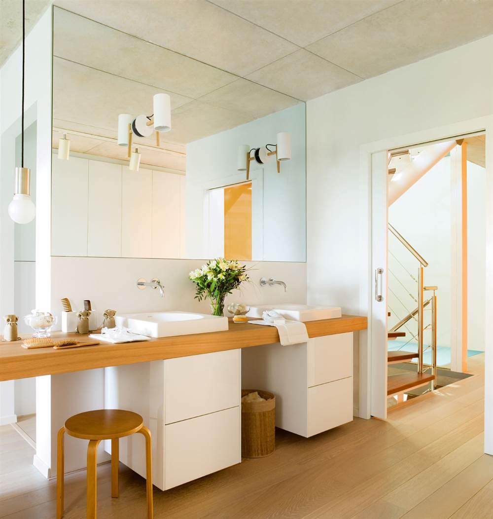 Un ba o luminoso y acogedor en blanco y madera for Bajo gabinete tocador bano de madera