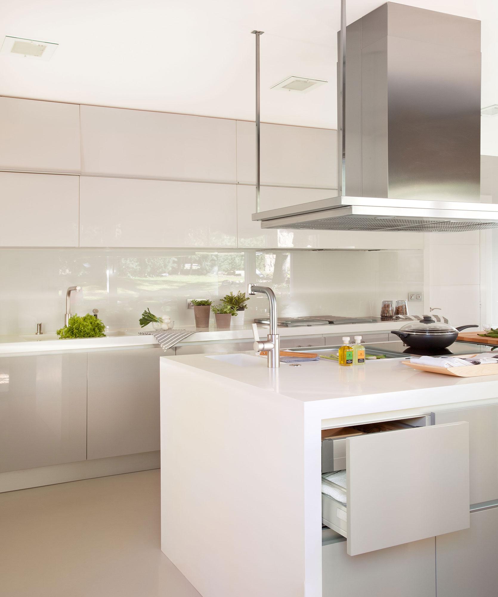 10 ideas infalibles para multiplicar la luz en la cocina for Muebles de cocina con isla central