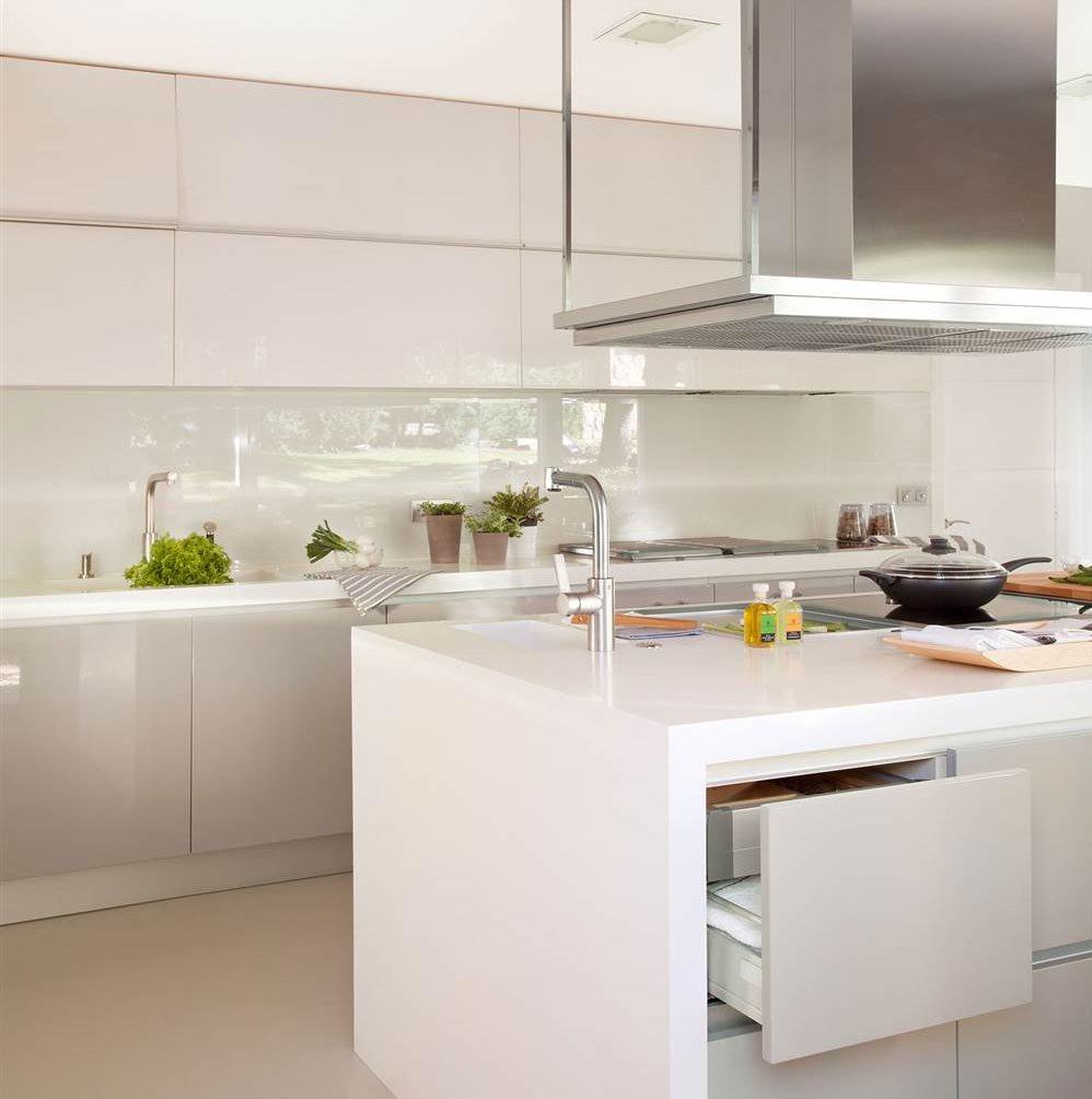 10 ideas infalibles para multiplicar la luz en la cocina for Cocinas modernas con isla central y desayunador