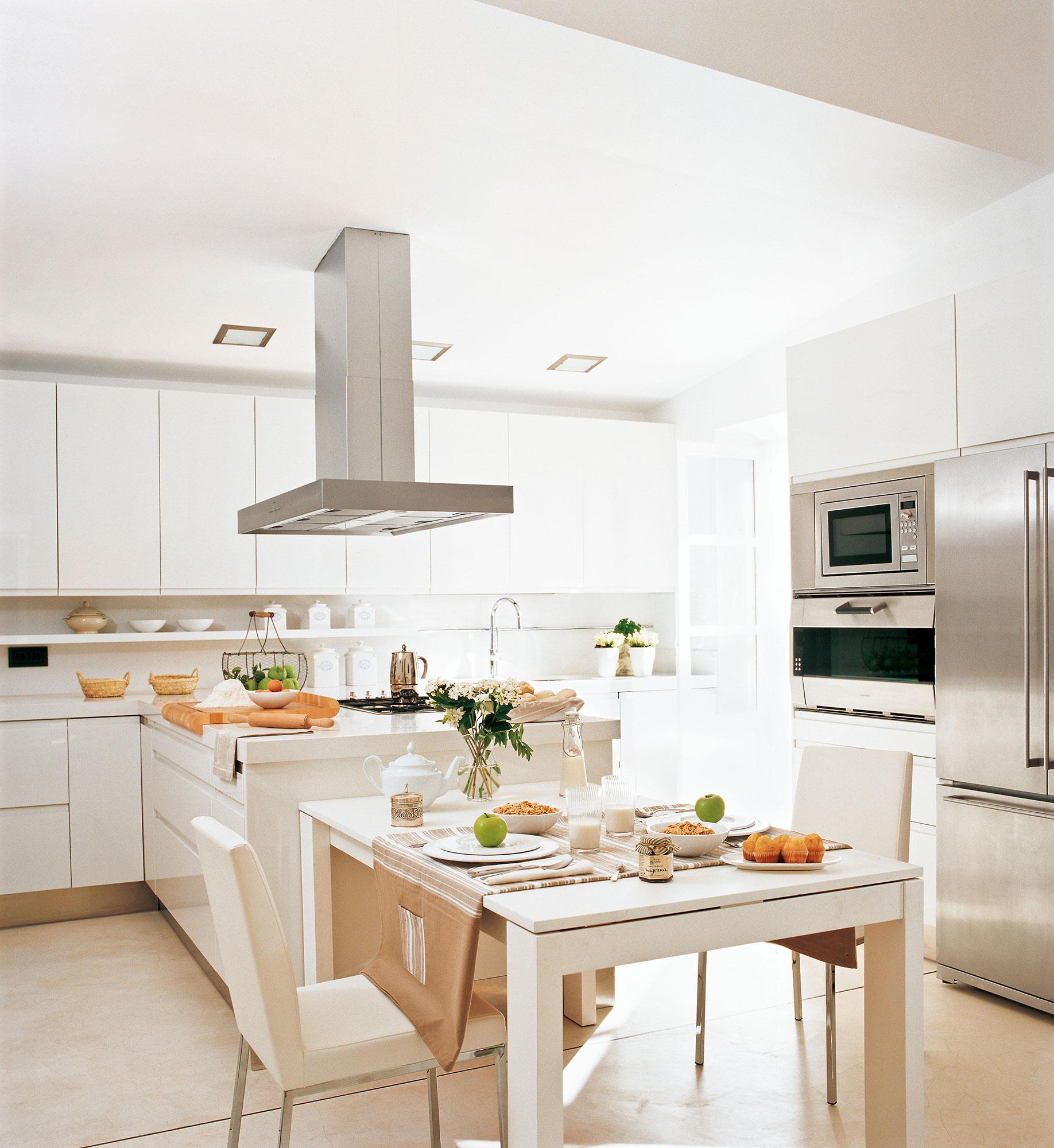 10 ideas infalibles para multiplicar la luz en la cocina - Cocinas con electrodomesticos blancos ...