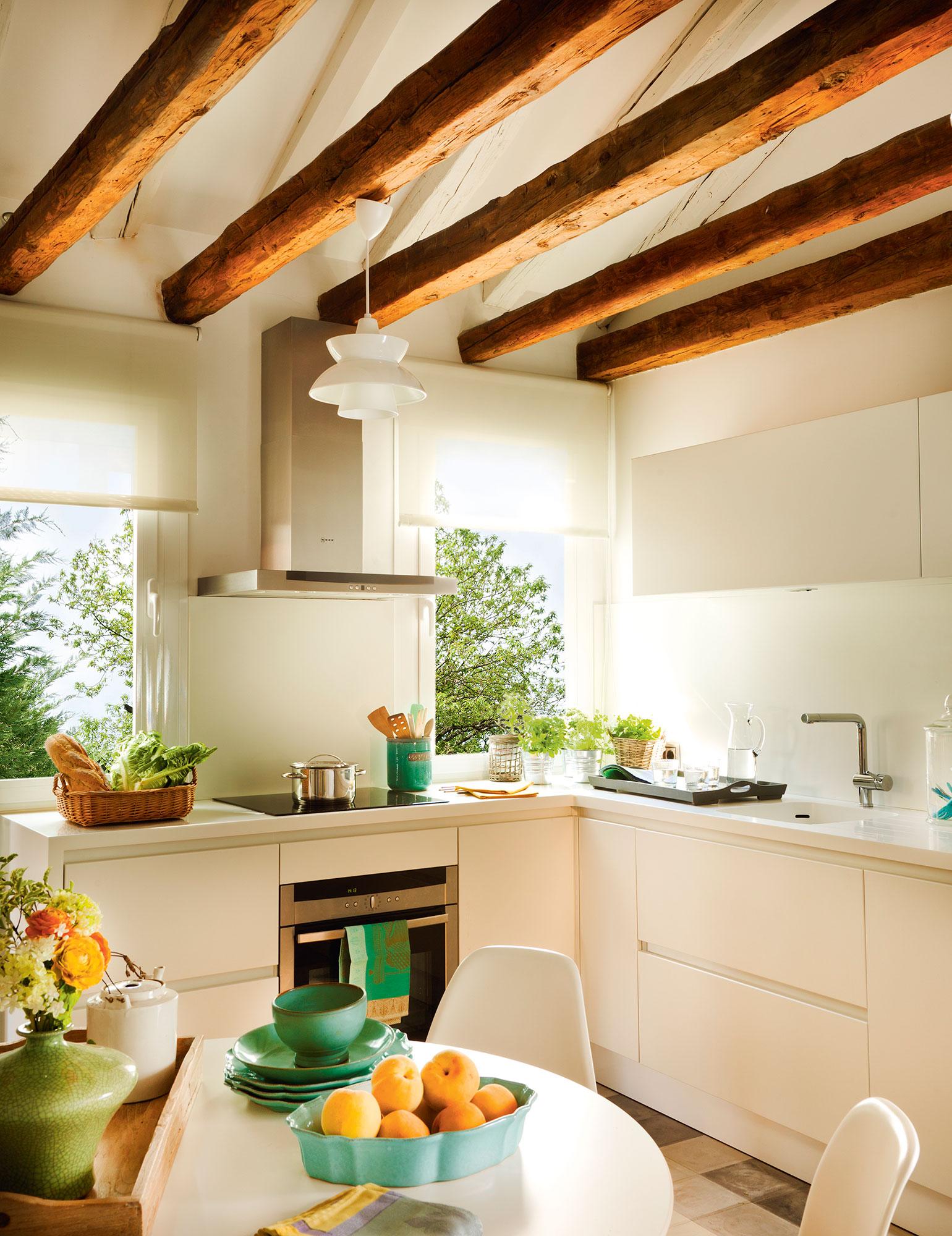 10 ideas infalibles para multiplicar la luz en la cocina - Luz para cocinas ...