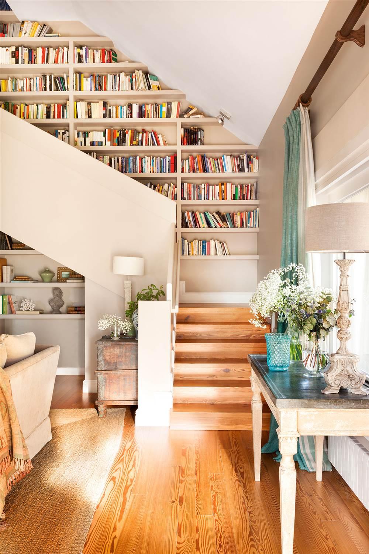 vista desde el saln de escalera con librera a medida