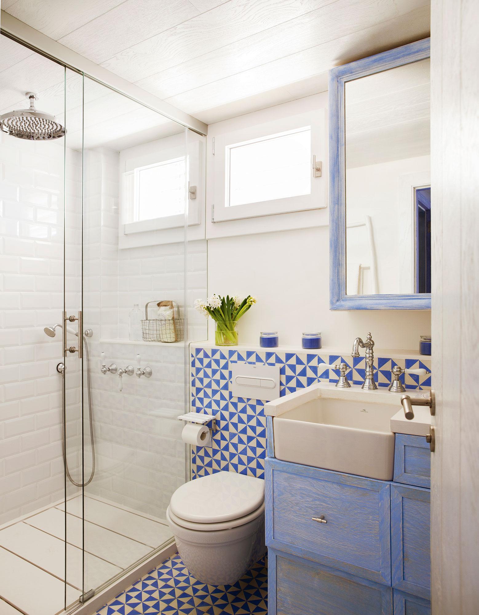 Claves para multiplicar la luz y la claridad del ba o - Azulejos azules para bano ...