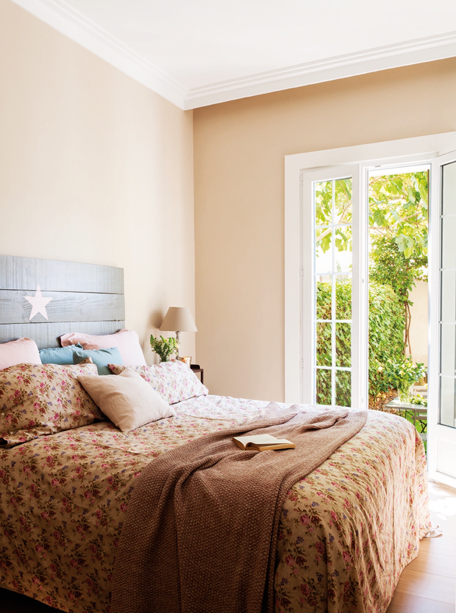 IMG 1172-1. Un dormitorio con jardín