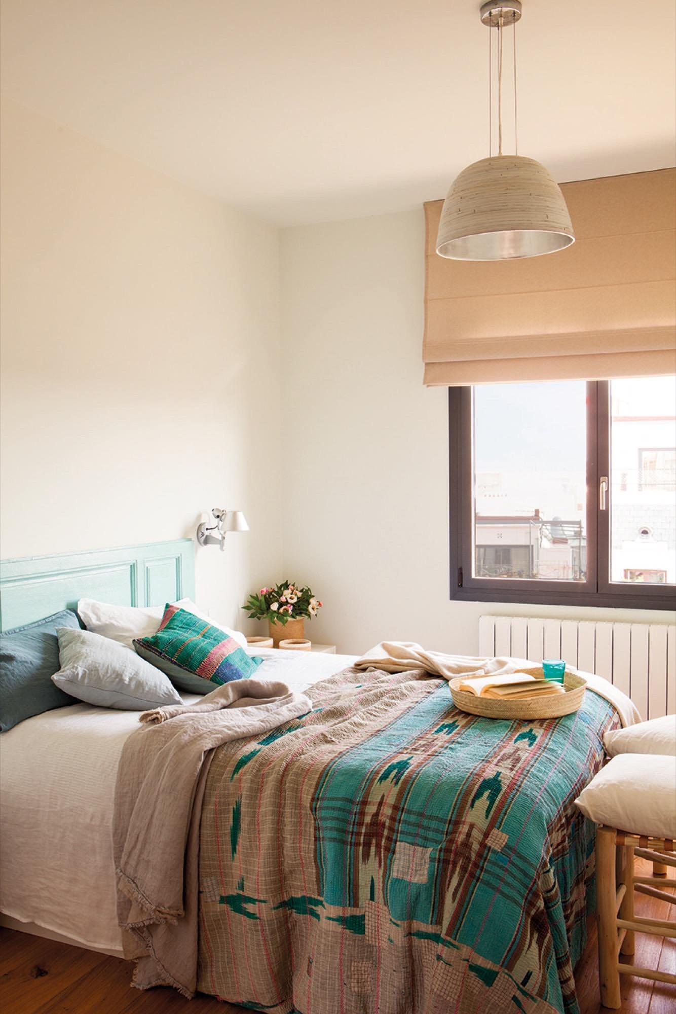 dormitorio con cama con cabezal puerta recuperada