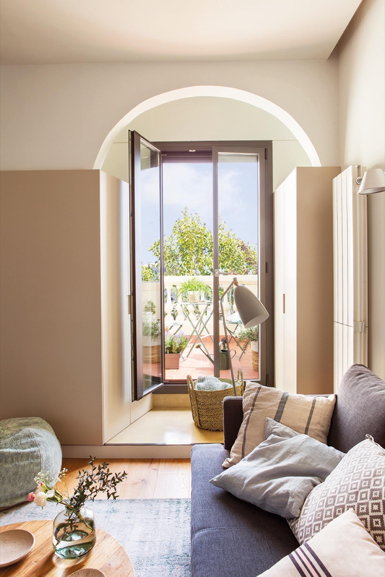 sofa y lampara con terraza de fondo