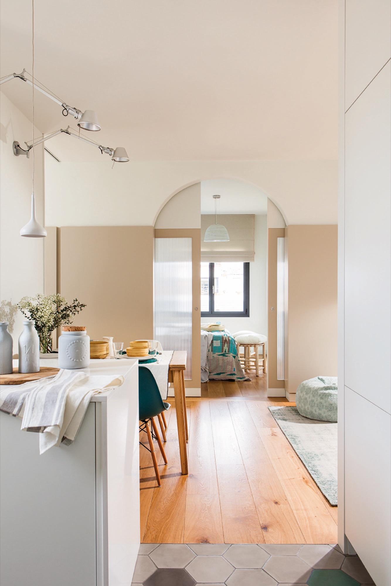 puertas correderas de una habitacion que da a un salón cocina