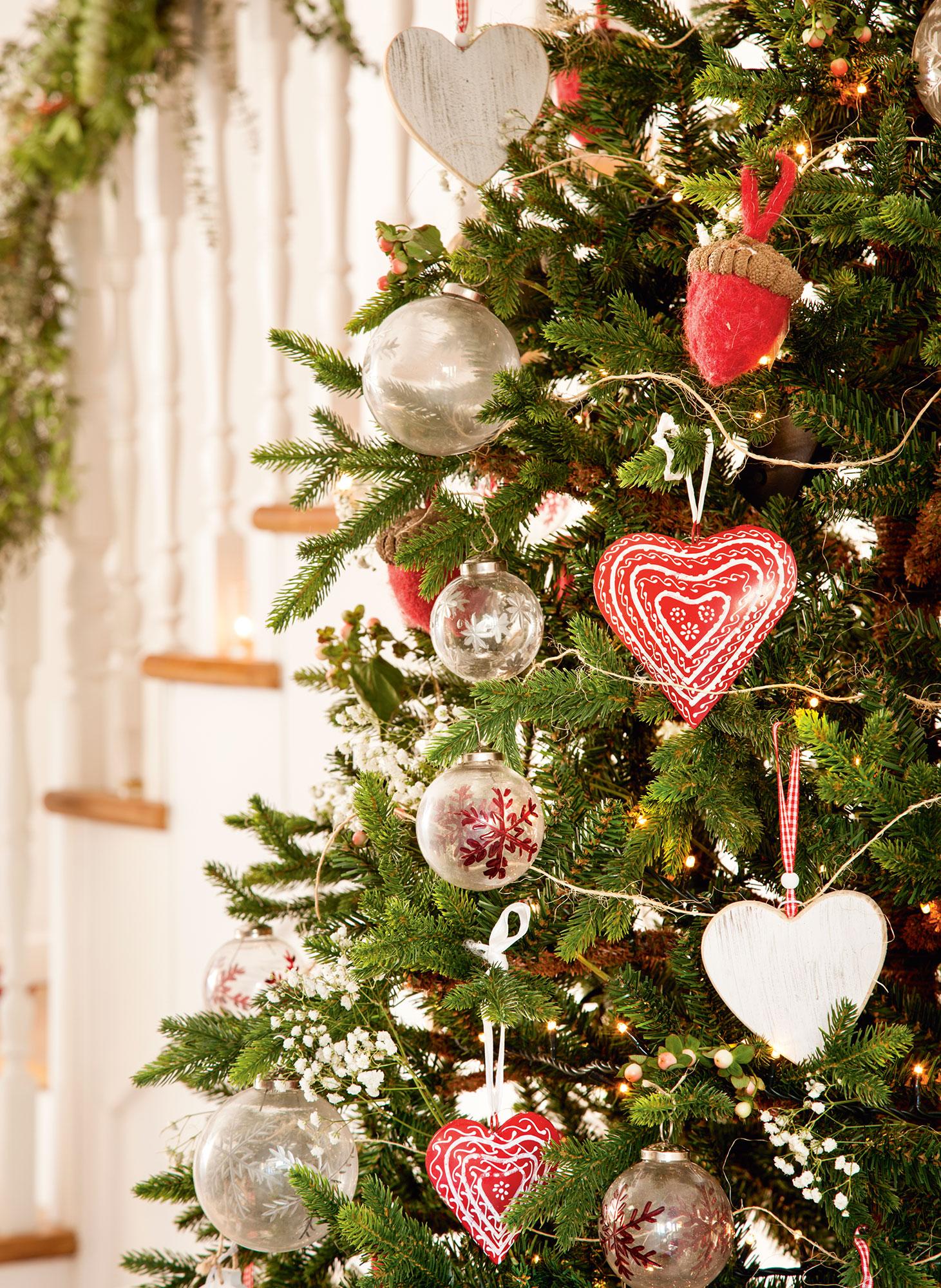 2957c47d044 Detalle de adornos de navidad en rojo cristal en árbol corazones bolas jpg  1461x2000 Cristales para