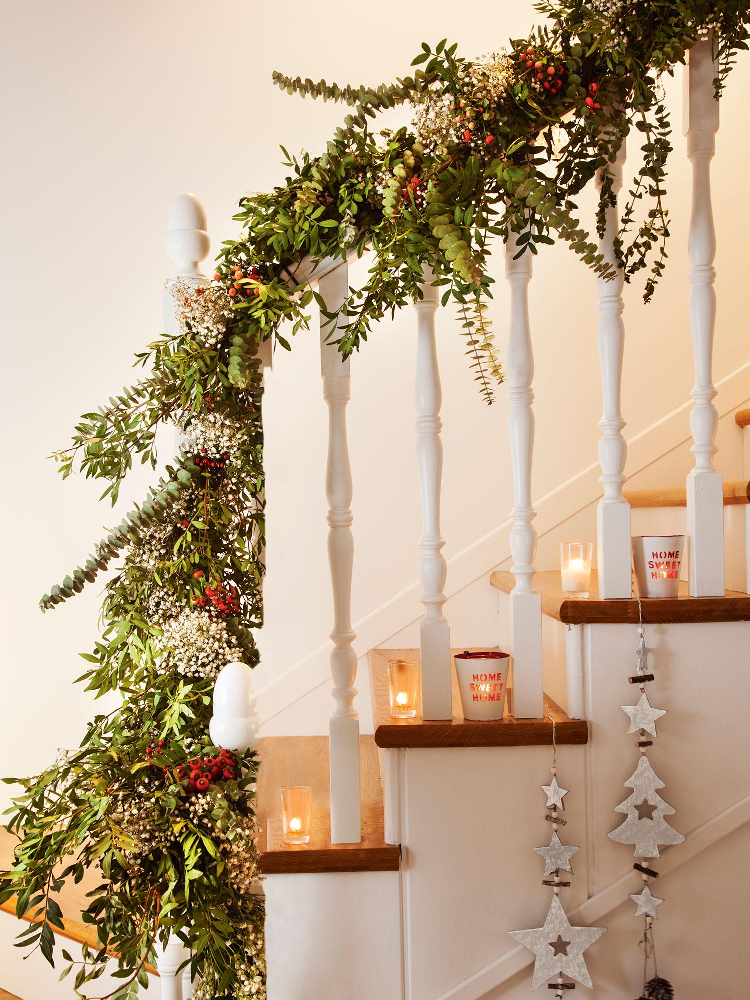 Navidad ideas para decorar de verde natural tu recibidor for Decoraciones para gradas