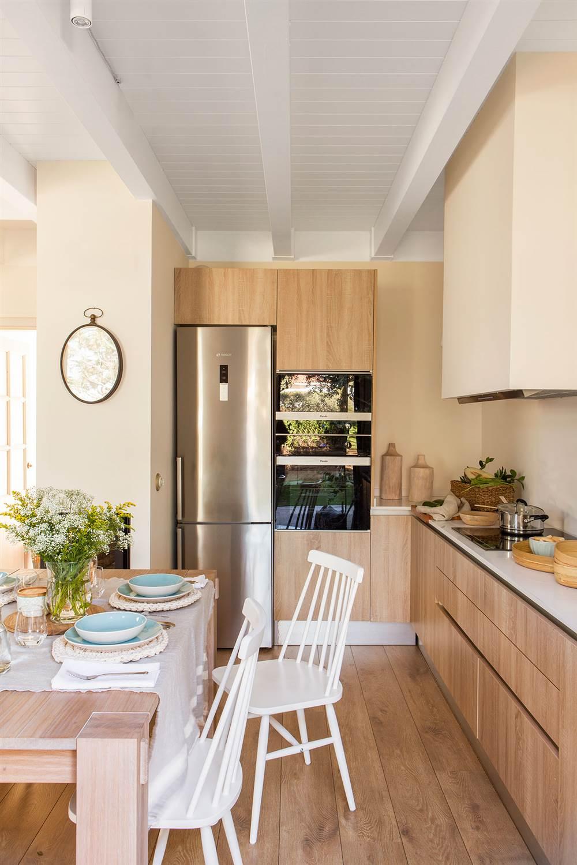 Muebles de cocina en madera color blanco for Cocinas con muebles