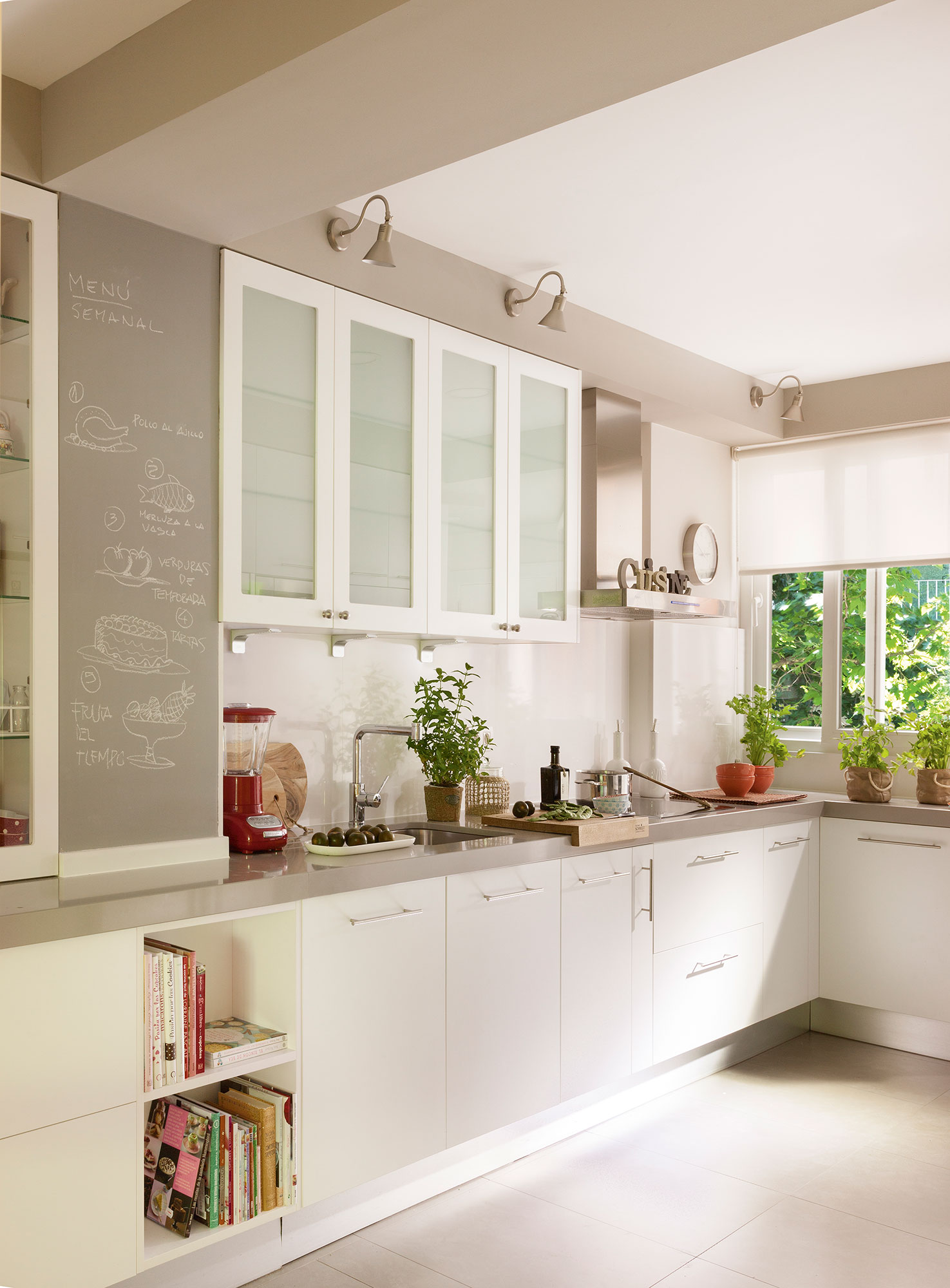 Muebles de cocina blanco y morado ideas for Cocinas con office fotos