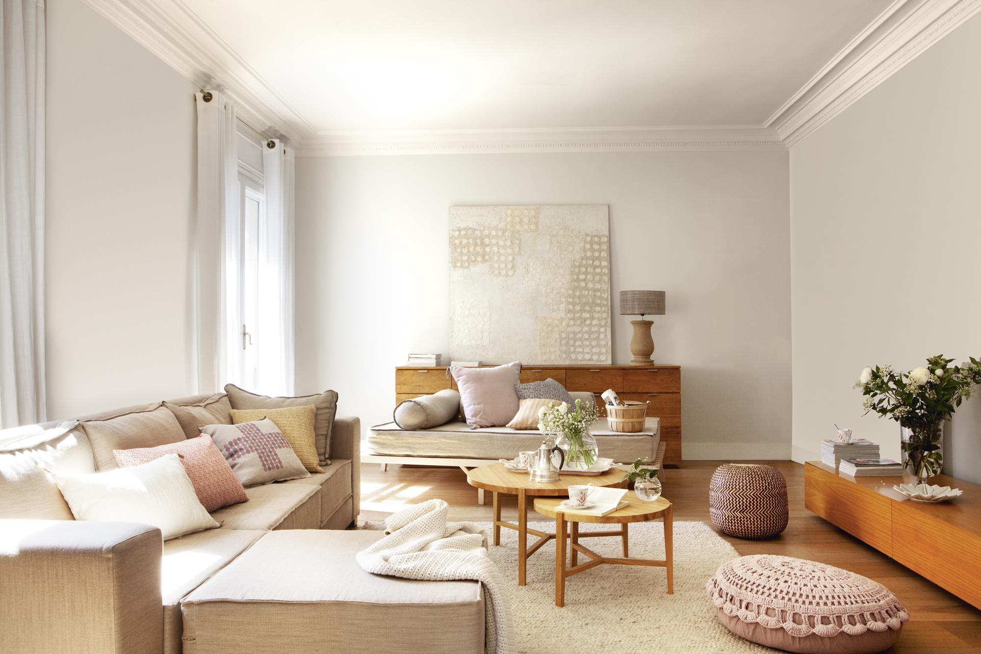 saln blanco con sof con chaise longue mesas de centro nido redondas pufs rosas
