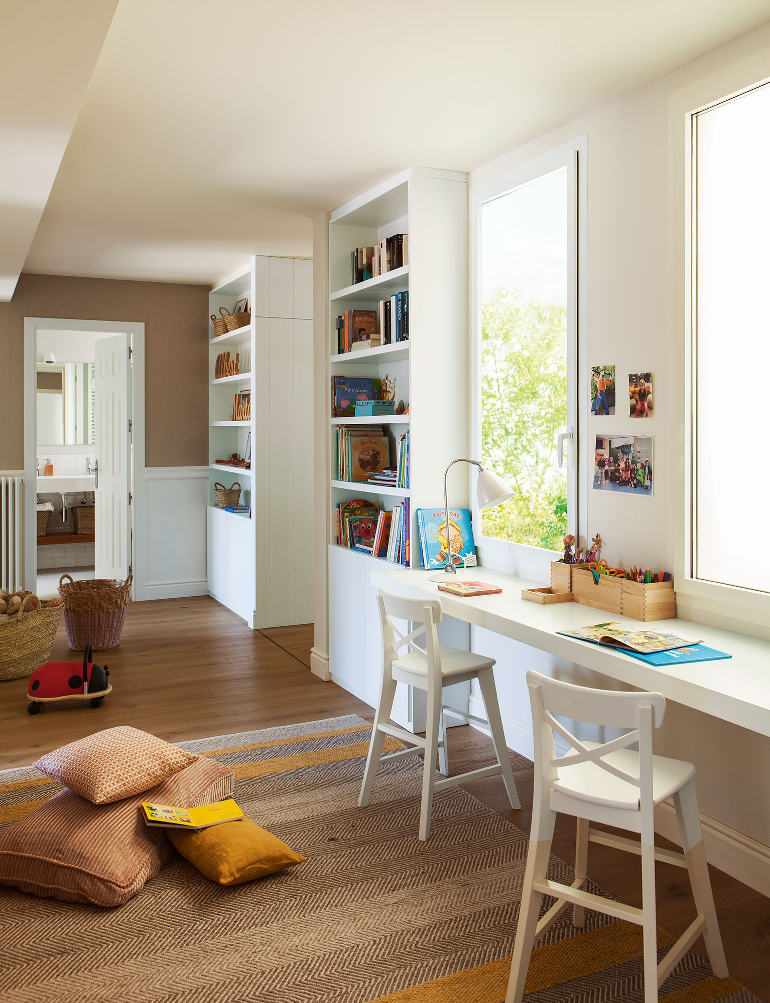 zona de estudio de dormitorio infantil con escritorio doble en blanco y dos libreras gemelas with dormitorio infantil doble