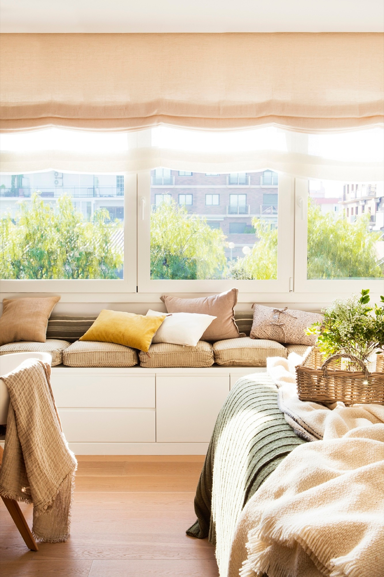 Ideas 2 x 1 muebles a medida bajo la ventana for Sillas para dormitorio ikea