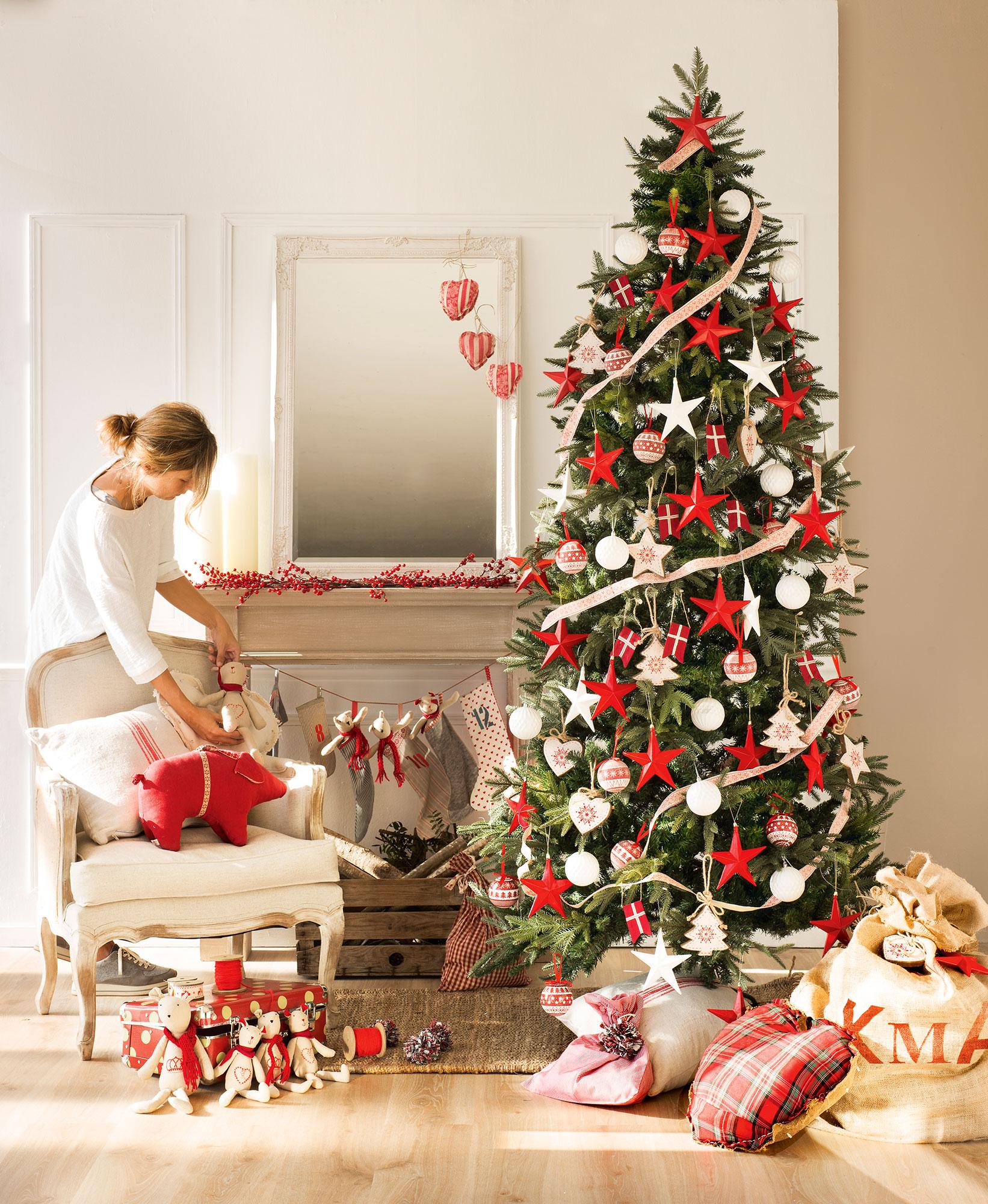 rbol de navidad con detalles en rojo y blanco