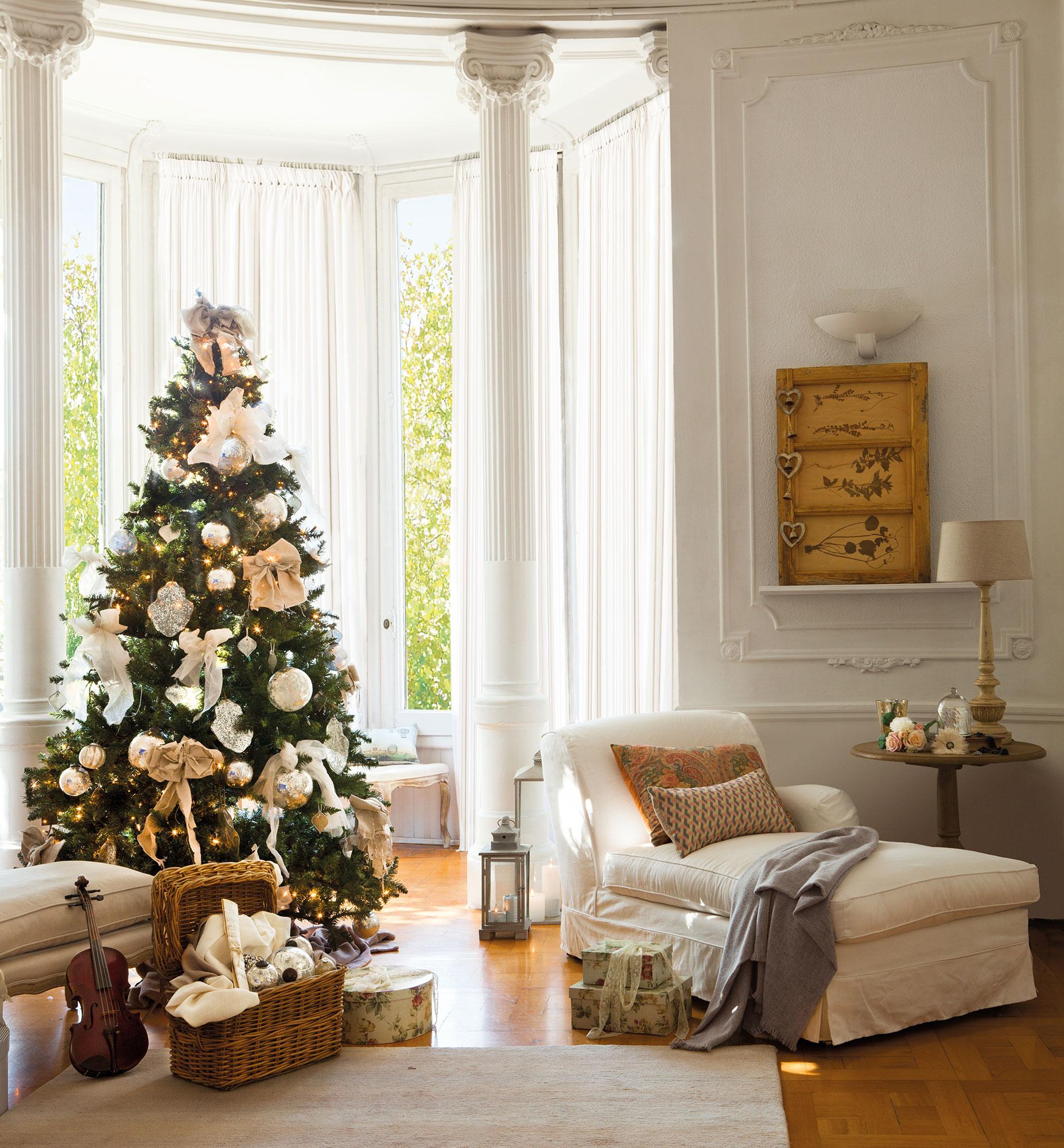 rincn del rbol de navidad en saln clsico decorado en blanco y dorado