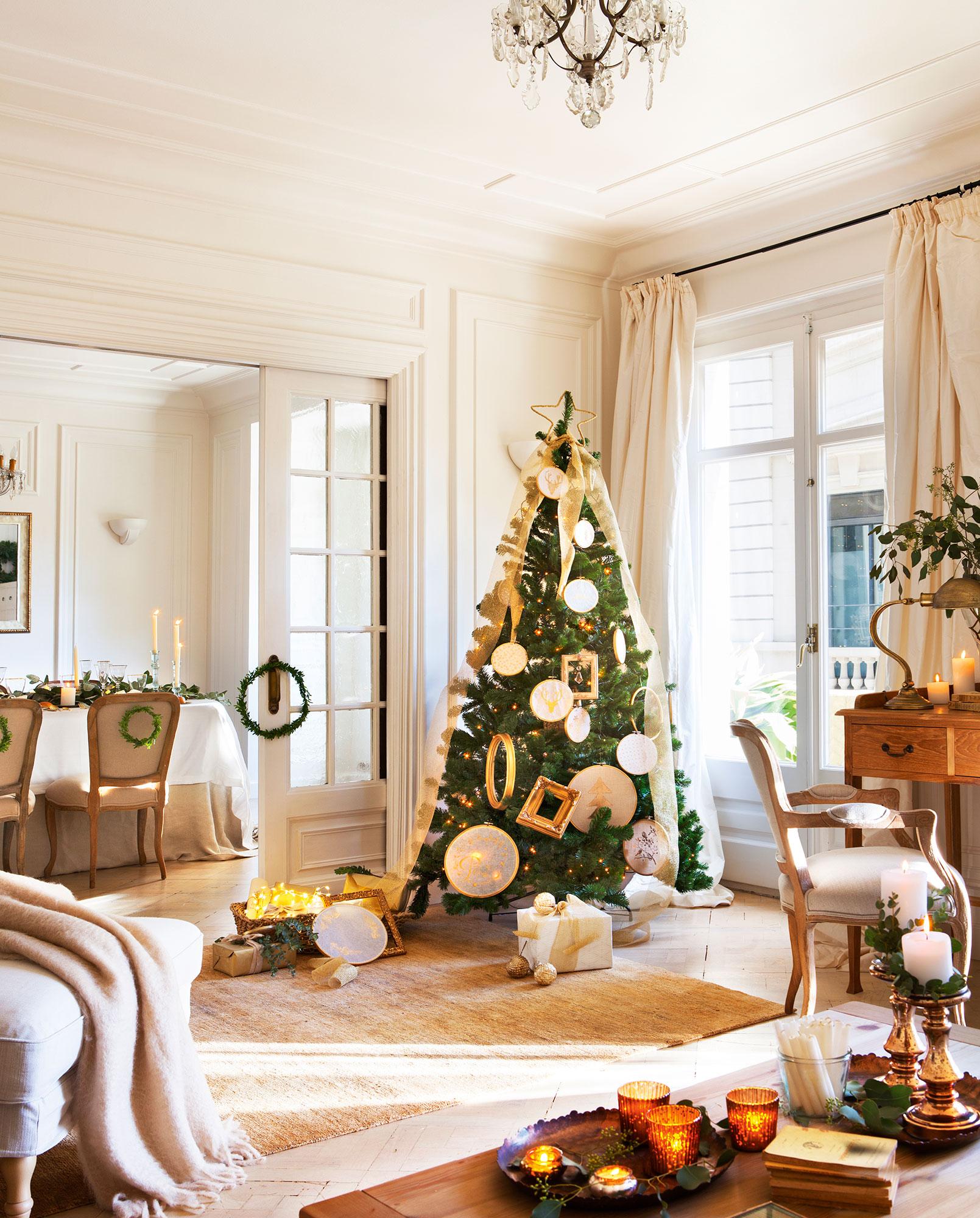 Salón blanco decorado de Navidad con árbol