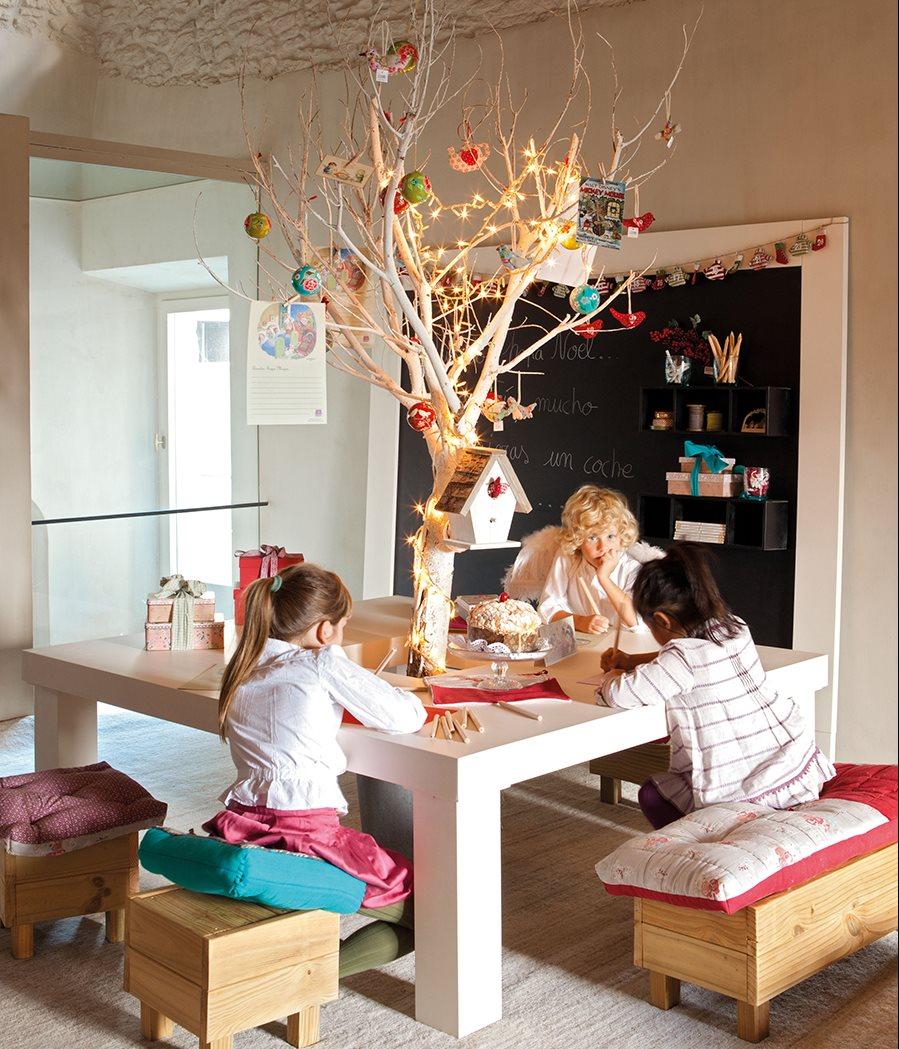 Habitación infantil con decoración de Navidad