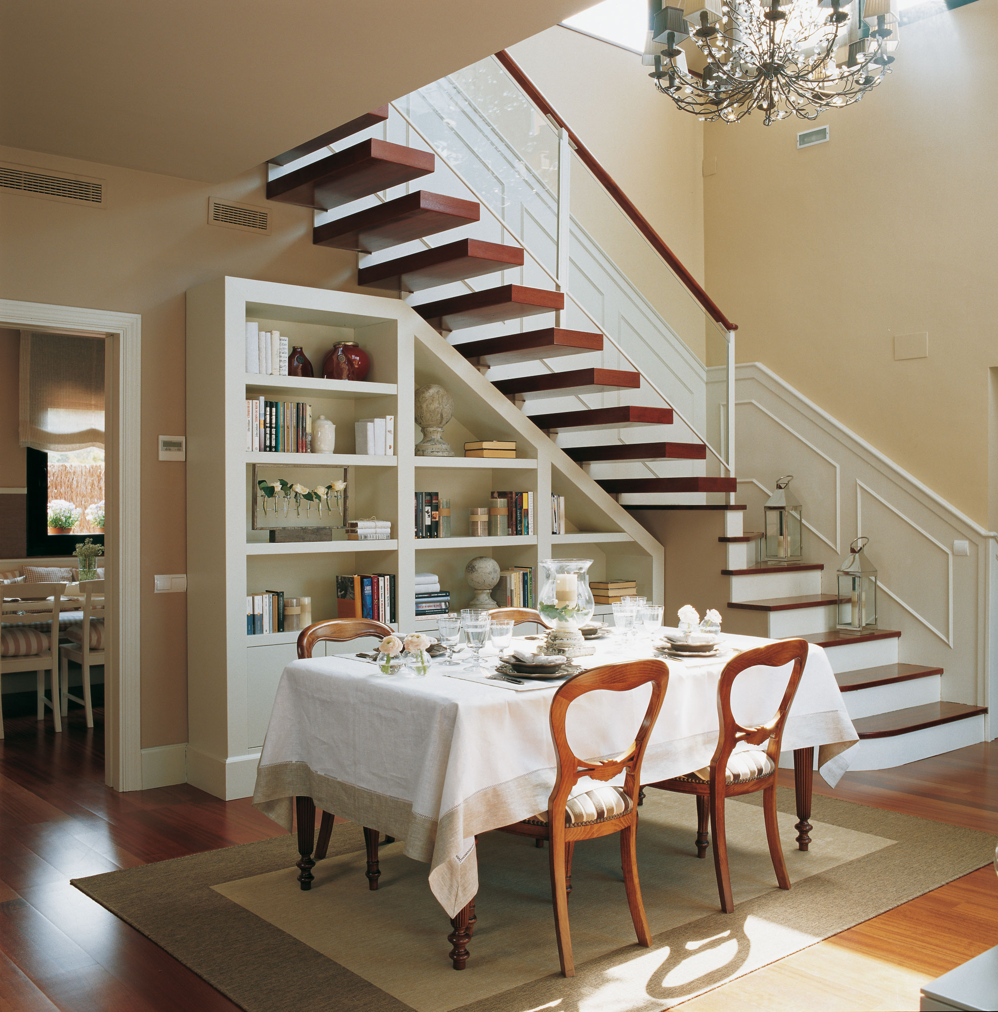 Aprovecha el hueco bajo la escalera for Escaleras de sala