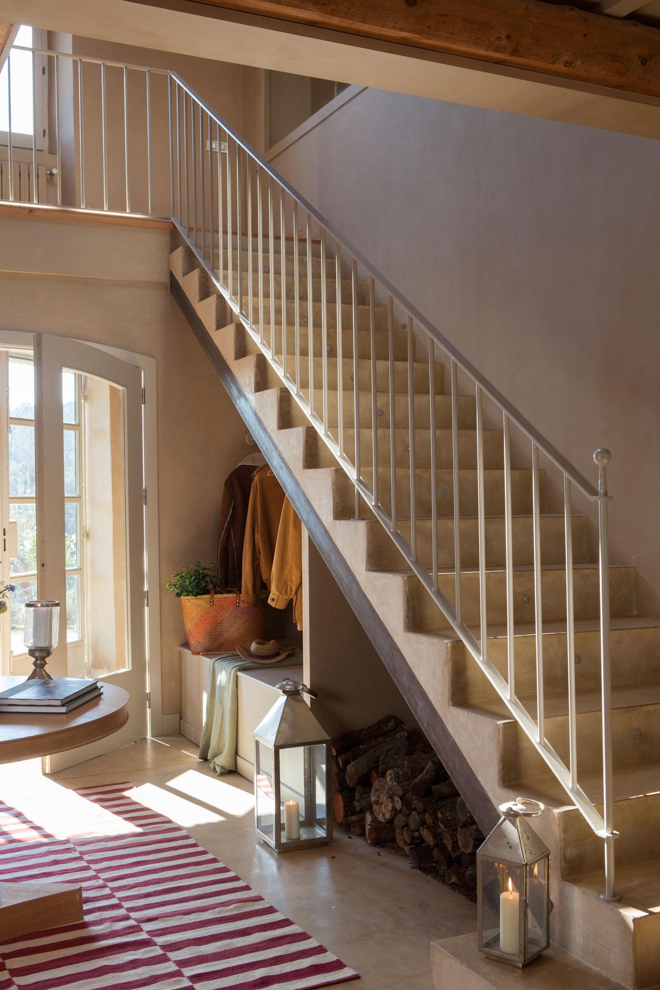 Aprovecha el hueco bajo la escalera for Huecos de escaleras modernos