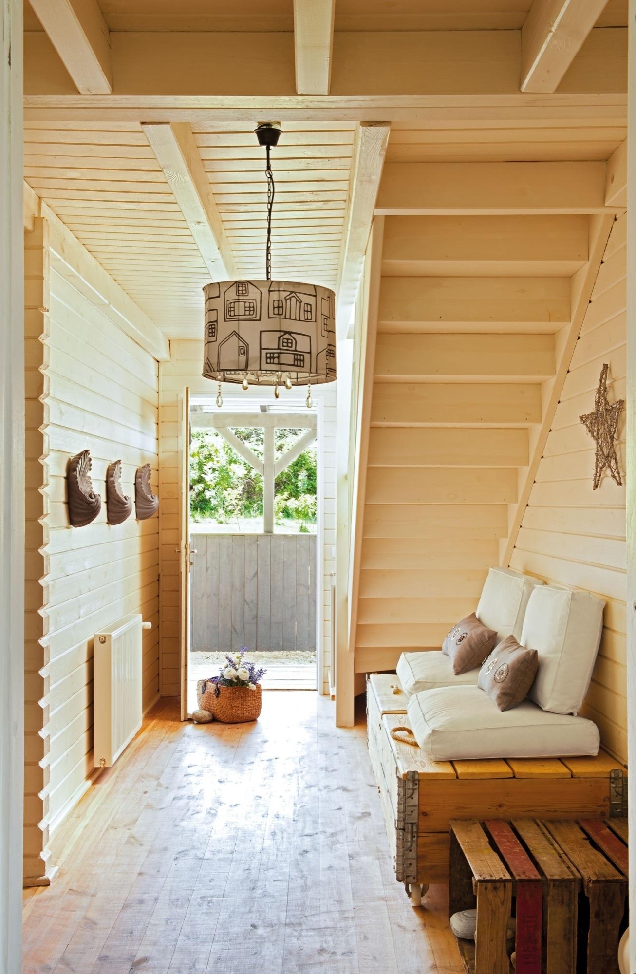 Aprovecha el hueco bajo la escalera - Banco de madera rustico ...