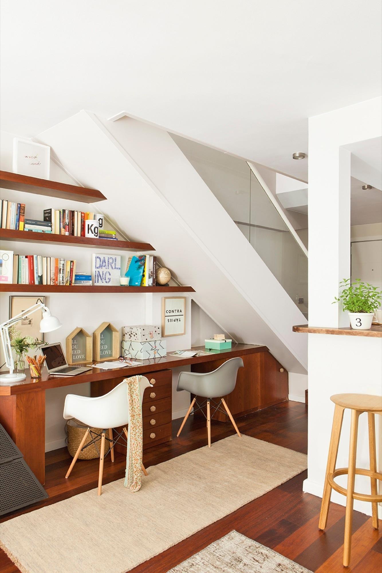 Aprovecha el hueco bajo la escalera for Repisa escalera