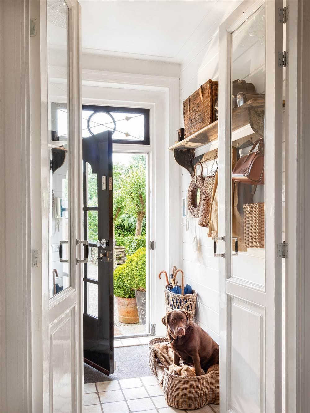Recibidores y pasillos buenas ideas para decorarlos y - Ideas para decorar porche entrada ...