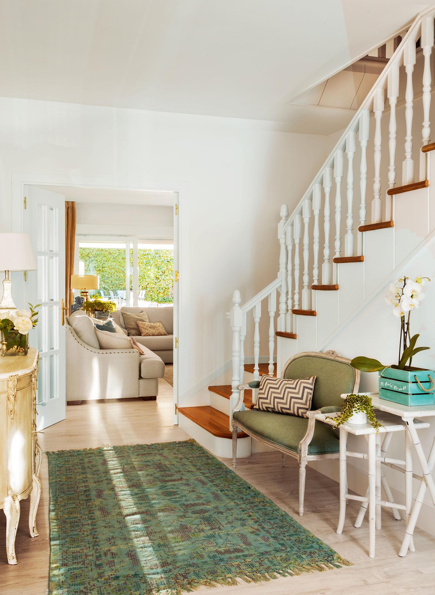 Recibidores y pasillos buenas ideas para decorarlos y for Escaleras de salon