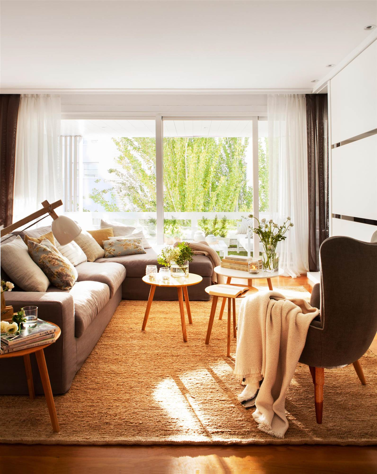 Salones peque os con muebles que aprovechan cada cent metro - Alfombras para salones ...