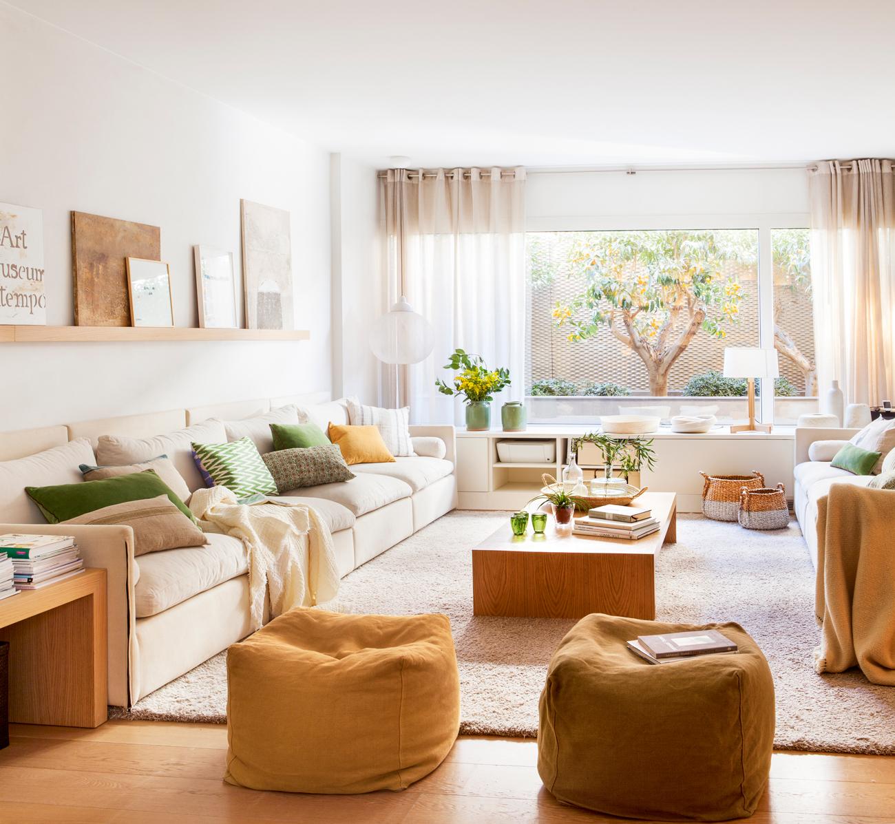Salones peque os con muebles que aprovechan cada cent metro for Adornos para poner encima de una mesa de salon