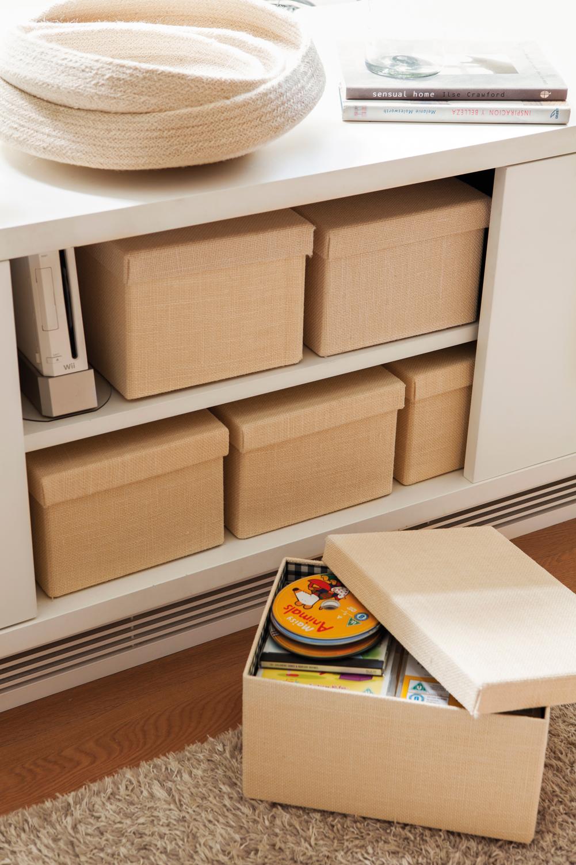 Salones peque os con muebles que aprovechan cada cent metro - Muebles con puertas correderas ...