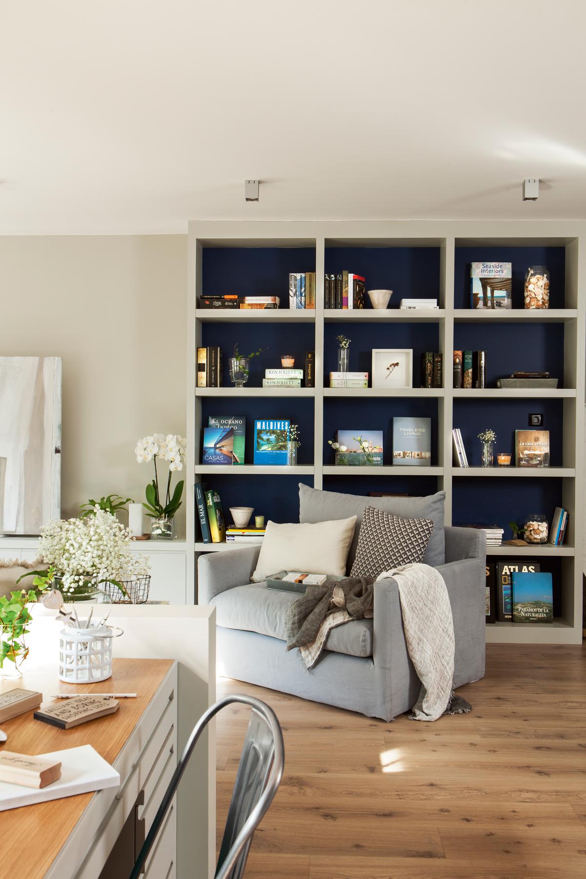 Salones peque os con muebles que aprovechan cada cent metro for Librerias para salones pequenos